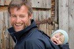 Mit Sohnemann auf Tour: mamalila hat auch Tragejacken für Väter im Sortiment © mamalila
