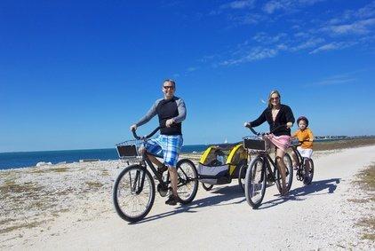 Eine Fahrradtour mit der Familie, das macht Spaß ist nachhaltiger Urlaub © Brocreative - Fotolia.com