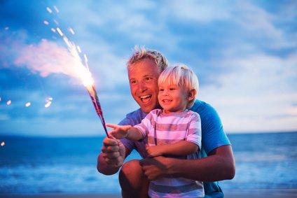 Gemeinsam mit den Eltern den sicheren Umgang mit Feuer erlernen © epicstockmedia - Fotolia.com