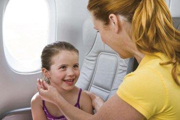 Die Ohrstöpsel müssen rechtzeitig vor Start oder Landung eingesetzt werden © Sanohra