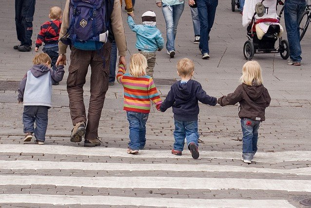 Kleine Kinder gehen im Getümmel schnell verloren © Flickr/Mats Lindh