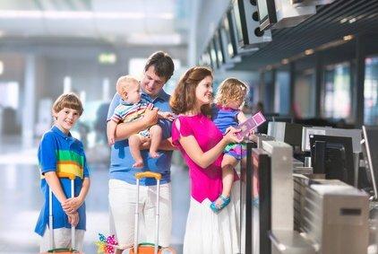 Mit viel Gepäck in den Urlaub - für Familien normal © famveldman - Fotolia.com