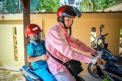 Vorbildlich ausgestattet: Motorcycle-Tour mit Kind auf Koh Samui © emaria - Fotolia.com