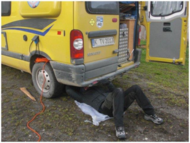 """Tim beim """"Reparieren"""" des Campervans © Tim Voges"""