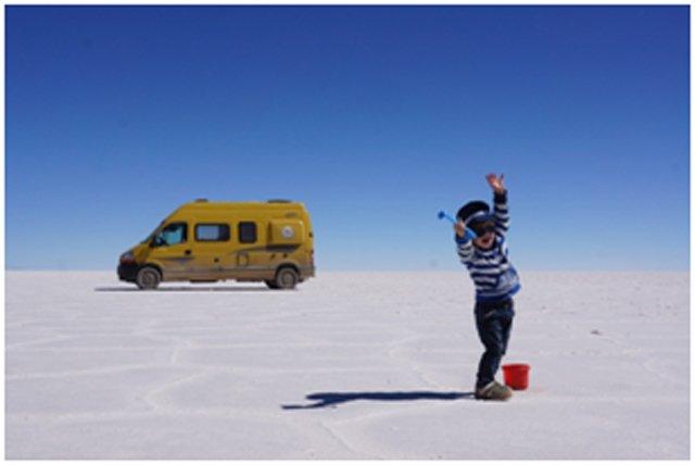 Jonas ganz groß auf dem Salzsee Salar de Uyuni © Tim Voges
