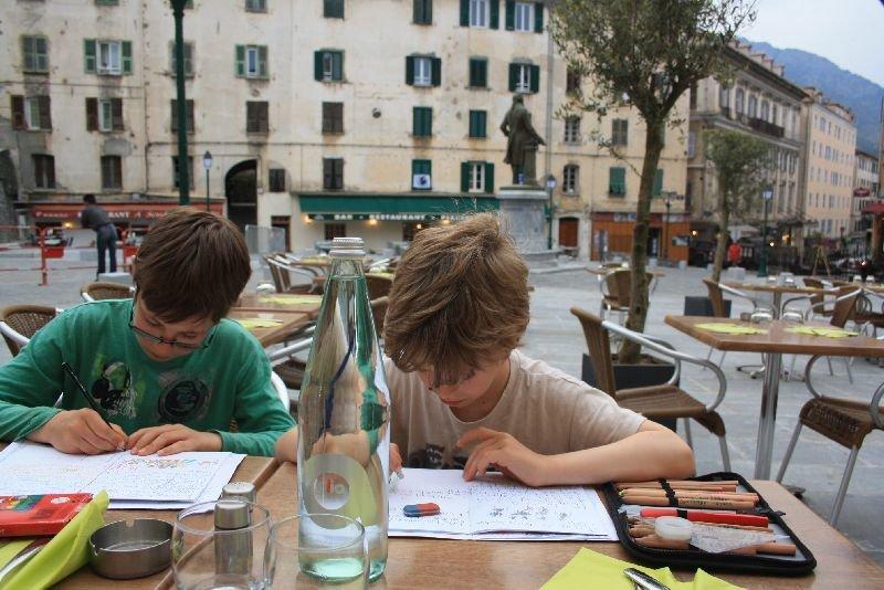 """""""Travelschooling"""" heißt es, wenn Kinder während einer Langzeitreise pauken müssen © family4travel"""
