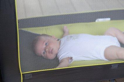 Moskitonetze bieten für Babys und Kleinkinder auf Reisen den besten Schutz © bruno135_406 - Fotolia.com