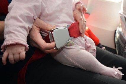 Die schlechteste Lösung: Baby auf dem Schoß mit Loop Belt sichern © Rafael Ben-Ari - Fotolia.com