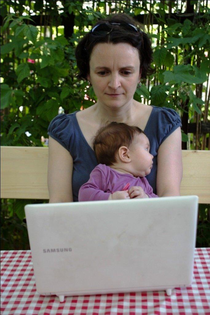 Working Mum - Jenny beim Schreiben im Schrebergarten © Weltwunderer