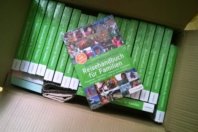Ein Karton voller Reisehandbücher - habt ihr schon eins? © Jenny Menzel