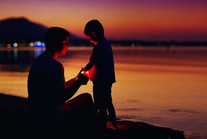 Auch abends und nachts kann man mit Kindern spannende Sachen unternehmen © Olesia Bilkei - Fotolia.com
