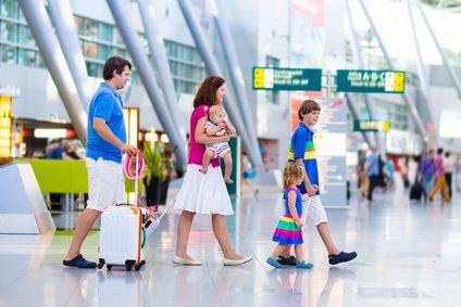 Kindersitze als Fluggepäck einchecken – was ihr beachten solltet, um Ärger zu vermeiden