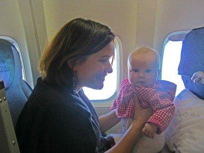 Kinder unter zwei Jahren dürfen auf dem Schoß der Eltern mitfliegen © Susanne Frank