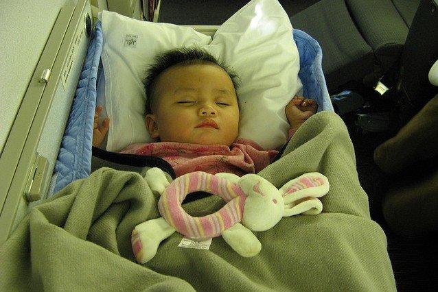 Den Flug verschlafen im Baby Bassinet - hoffentlich klappts! © Flickr - William Whyte