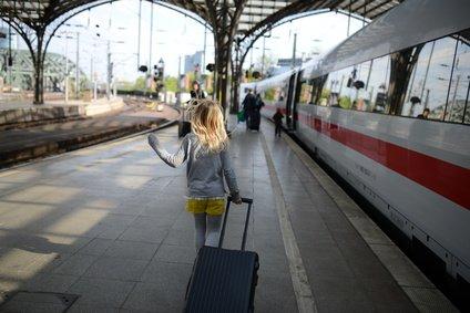 Wie ihr eure Kinder am Bahnhof und im Zug vor Gefahren schützt