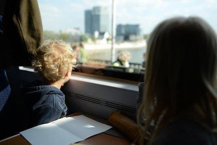 Familienreisen mit der Bahn sind - eigentlich - sehr sicher © lunaundmo - Fotolia.com