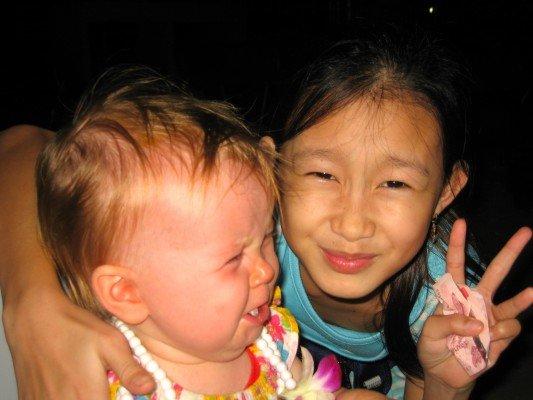 Kneifen, Knuddeln, Küssen - wenn Kinderfreundlichkeit im Urlaub zu viel wird