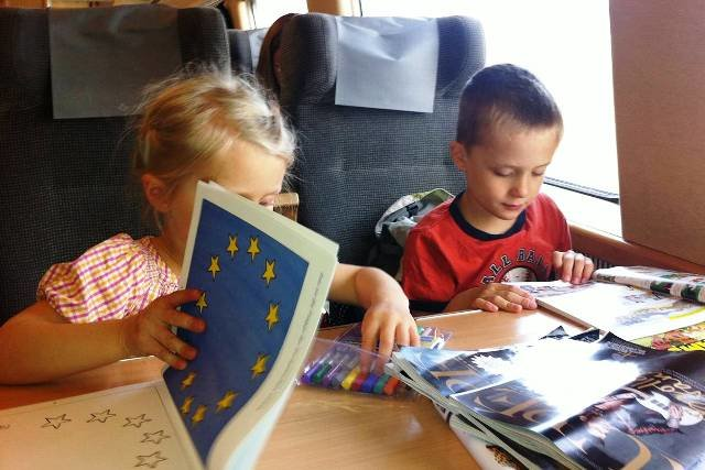 Kinderbeschäftigung im schwedischen Zug © Hartmut Vogt