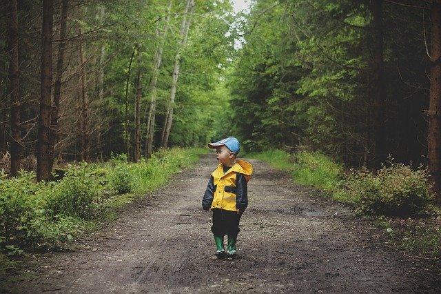 Draußen in der Natur sein ist auch im Herbst klasse für Kinder © Pixabay