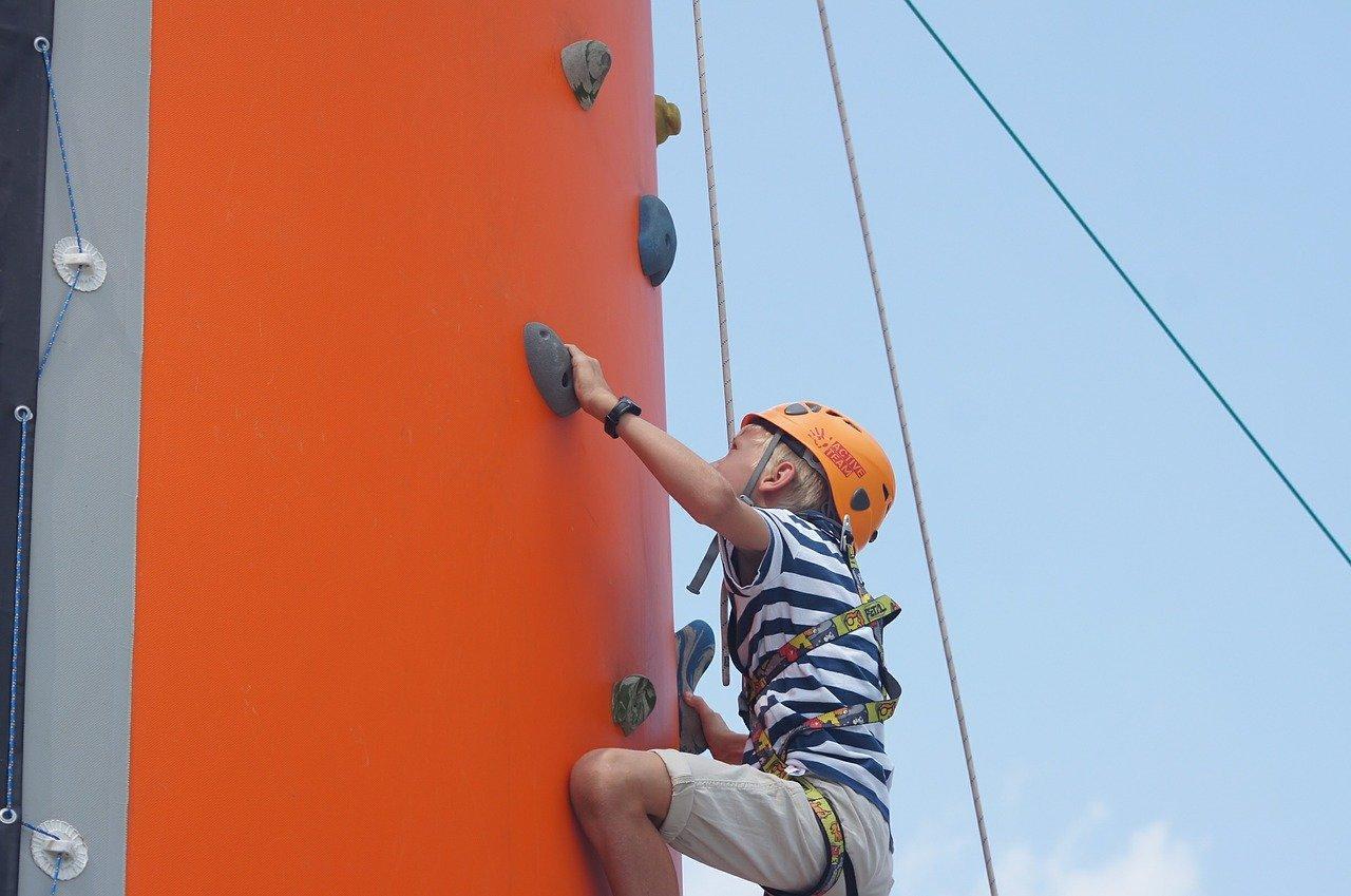 In Kletterparks gibt es Herausforderungen für jedes Alter © Pixabay