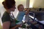 Mit Bassinet im Flugzeug © www.withtwinsaroundtheworld.com