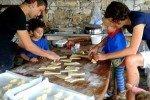 Türkei-Detepede ökologische Gemeinschaft- der französischer Bäcker zeigt uns wie die Crossaints gerollt werden © aeroh
