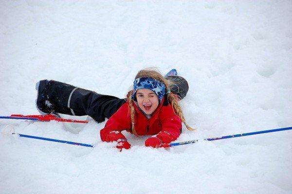 10 Ideen für euren Familien-Winterurlaub: Was ihr außer Skifahren mit euren Kindern alles machen könnt
