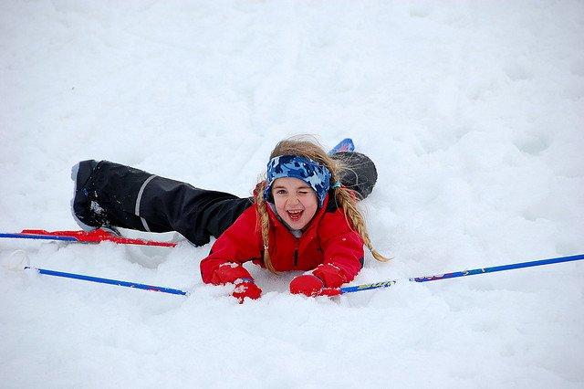 Nase voll vom Skifahren? Es gibt noch viel mehr zu tun im Schnee © Falling, but still all smiles von AnneCN unter CC BY 2.0