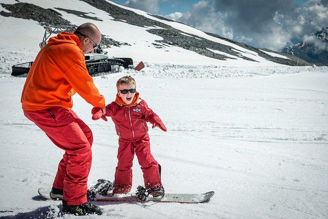 Früh übt sich, wer snowboarden will © Flickr/Francesco Crippa