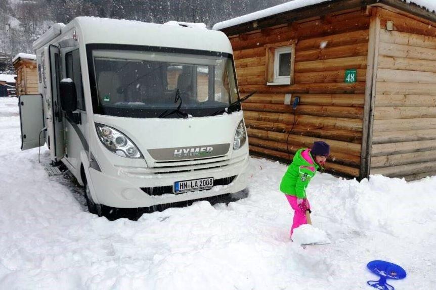 Schneeschippen gehört beim Wintercamping dazu © outdoorkid.de