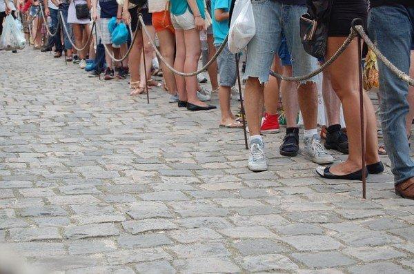 10 Spielideen mit Kindern für die Warteschlange – und Tipps fürs Schlange stehen