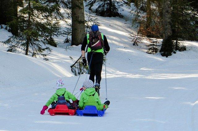 Ob auf Langlaufskiern oder zu Fuß: Winterwandern geht auch mit Kindern © Pixabay