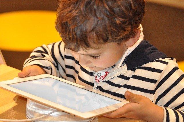 Tablet & Co. sind für Kinder einfach faszinierend - leider © Pixabay