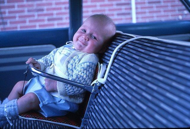 Autokindersitz aus den 60ern - gruselig! © New Baby Car Seat - 3 Months - June 1962 von RichardBH unter CC BY 2.0