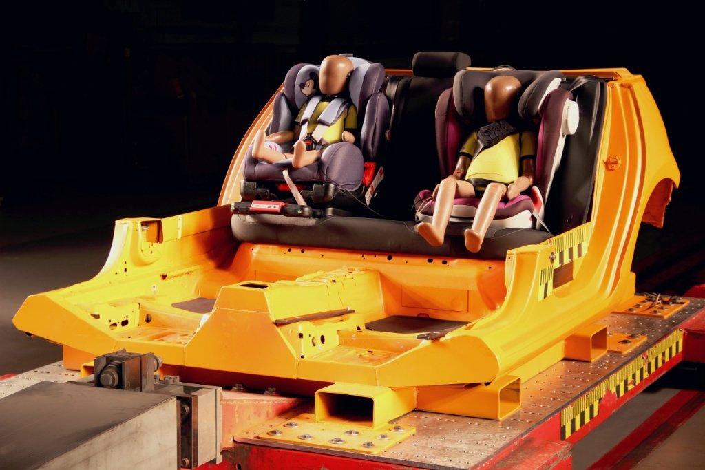 Jeder Autokindersitz muss Crashtests überstehen © ADAC