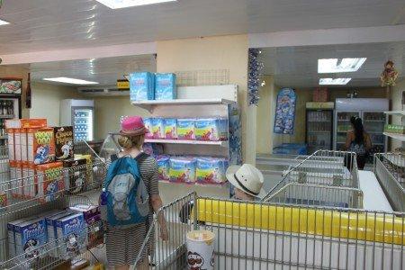 Leere Regale in einem Lebensmittelladen auf Kuba © KidsAway.de
