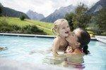 Planschen im Pool vor den Sextner Dolomiten © Family Resort Rainer