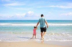 Ein Strandtag mit Baby, da brauchen Eltern jeden guten Trick!