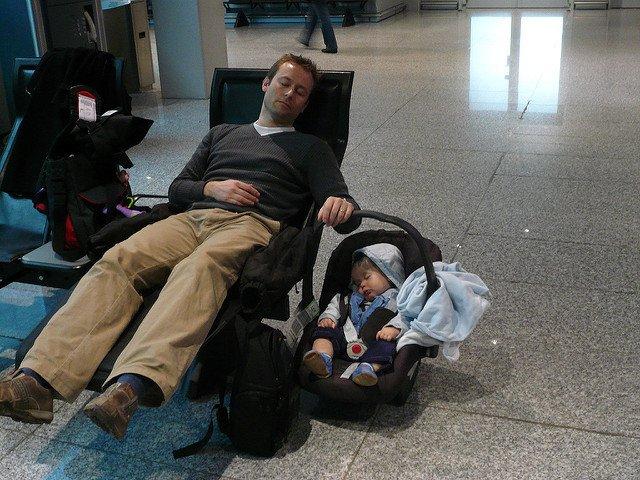 Babys schlafen einfach überall gut © Napping in FRA von Lars Plougmann unter CC BY-SA 2.0