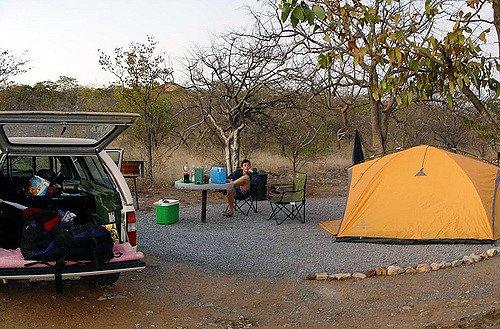 Budgetfreundlich: einfache Campsites in den Nationalparks, hier Etosha in Namibia © Etosha Safari Lodge von Damien du Toit unter CC BY 2.0