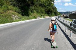 Ronja unterwegs auf dem Longboard