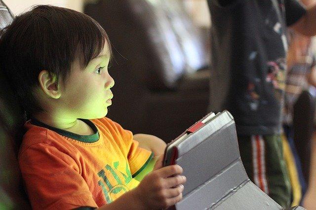 Im Urlaub am Tablet spielen - das ist bei Eltern heiß umstritten © Pixabay