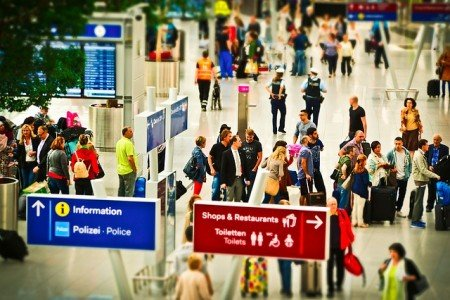 Einsteigen, umsteigen, aussteigen - bitte möglichst einfach für alleinreisende Eltern © Pixabay