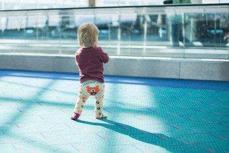 Gute Vorbereitung ist das A und O, wenn ihr allein mit Baby fliegt © Reese Walking the Airport von Donnie Ray Jones unter CC BY 2.0