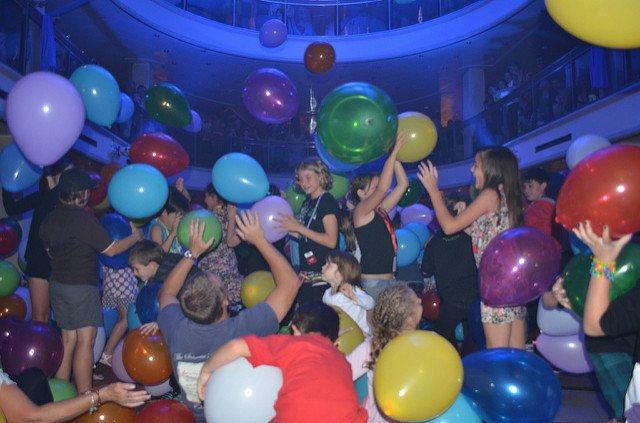 Der KinderClub ist für Single-Eltern auf Kreuzfahrt enorm wichtig © Pacific Dawn plenty for the kids to do von  eGuide Travel unter CC BY 2.0