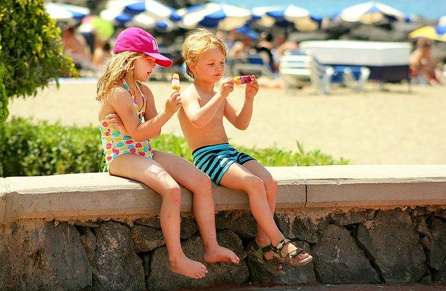 Eis endlos und andere Kinder zum Spielen, das klingt nach Schlaraffenland ©  Ice cream by the beach von Mate Marschalko  unter CC BY 2.0
