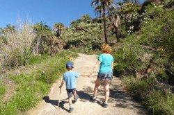 Zusammen entdecken Gela und ihr Sohn die Welt