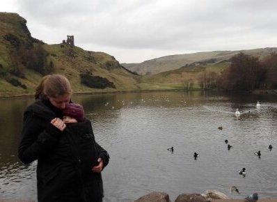 Schön warm von Mama getragen durch Edinburgh und Umgebung. © mamawelten