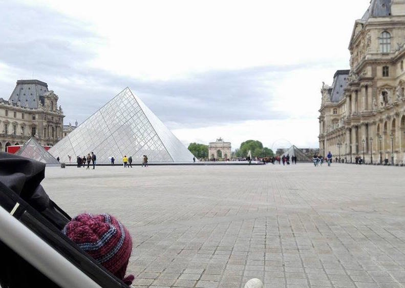 Tinas Reisebaby auf Entdeckertour am Louvre in Paris © mamawelten
