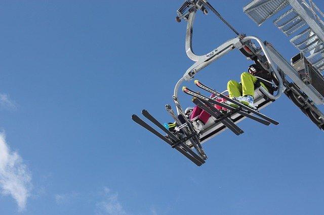In vielen Skigebieten fahren Kinder kostenlos Lift © Pixabay